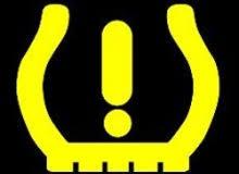 Theorieexamen: nieuwe vraag vanaf juni 2018 TPMS TPMS is de afkorting van Tyre Pressure Monitoring System. TPMS houdt de bandenspanning in de gaten. Een auto met een bandenspanningcontrolesysteem heeft een controlelampje op het dashboard, dat de automobilist waarschuwt als de spanning in 1 of meer banden 20% te laag is of als de bandenspanning onder de grens van 1,5 bar is gekomen. Direct en indirect systeem Het indirect systeem maakt in grote lijnen gebruik van het feit dat een band met een te lage bandenspanning een kleinere omtrek heeft dan een band met de juiste bandenspanning. De elektronica van de auto meet dat verschil en bepaalt zo of de band opgepompt moet worden. Het directe systeem maakt gebruik van sensoren. Die meten de bandenspanning en geven die door aan de elektronica van het voertuig. Elke band heeft een eigen sensor, die van buitenaf niet zichtbaar is. De meeste sensoren zitten direct achter het ventiel.